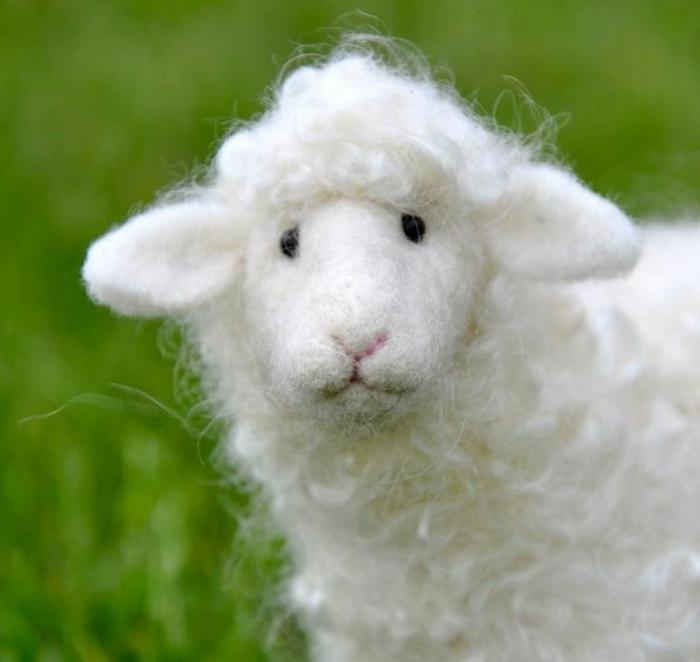 mouton blanc en laine, joli mouton créé avec des touffes de laine