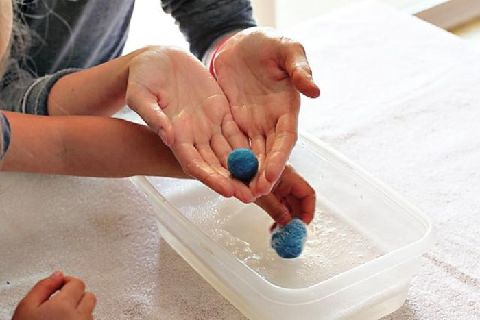 pompon bleu de laine feutrée, fait avec de l'eau et du savon, créations diy