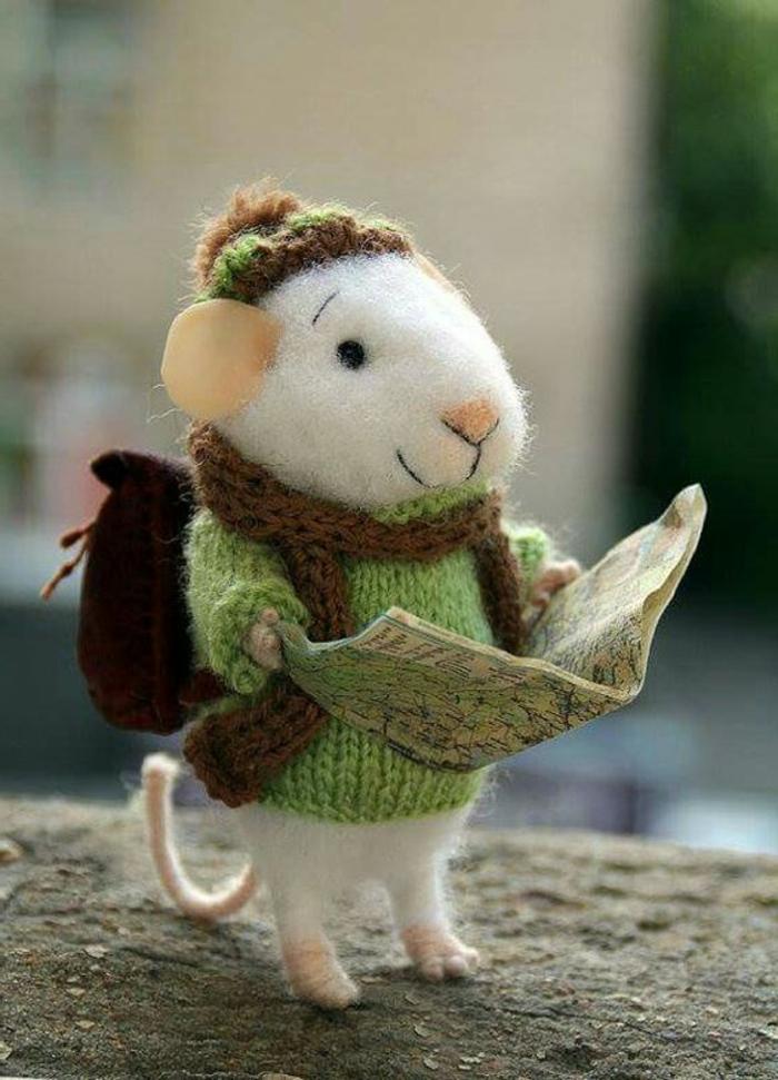 bricolage avec de la laine, petit souris blanc fait de laine moelleuse et aux habits tricotés
