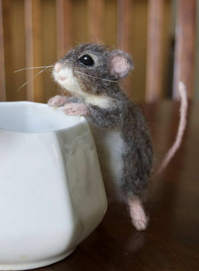 souris gris et blanc en laine pour feutrage, une mine sympa de petit animal fait main