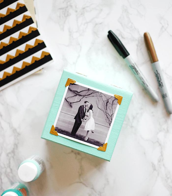 diy cadeau anniversaire femme, une boîte en bois repeinte en bleu avec une photo noir et blanc en dessus, boîte à mémoires