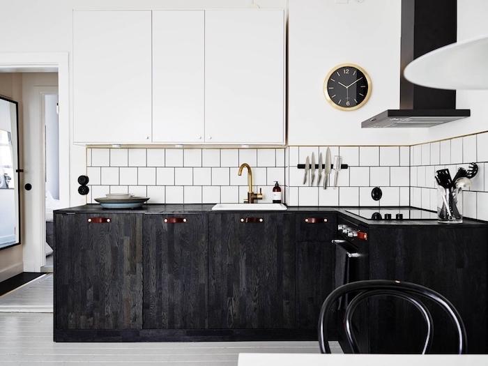 modele de petite cuisine équipée en bois foncé avec credence carrelage blanc retro, et meubles hauts blancs, aspirateur noir