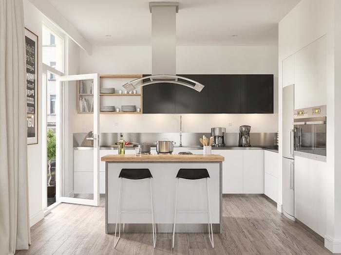 exemple classique de cuisine en l avec ilot central, meuble bas blanc, credence inox, meubles hauts noirs, etageres ouvertes avec vaisselle blanche, parquet marron