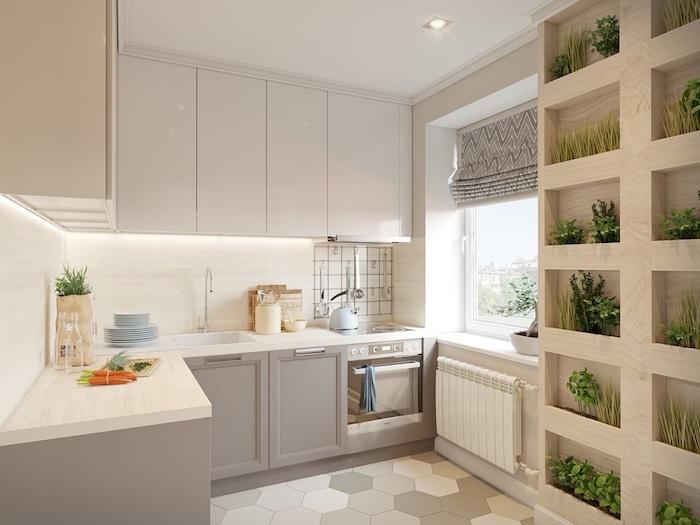 exemple de cuisine grise et bois, plan de travail et credence cuisine bois blond, meuble bas gris et meubles hauts blancs, carrelage sol blanc et gris, mur végétale en bois
