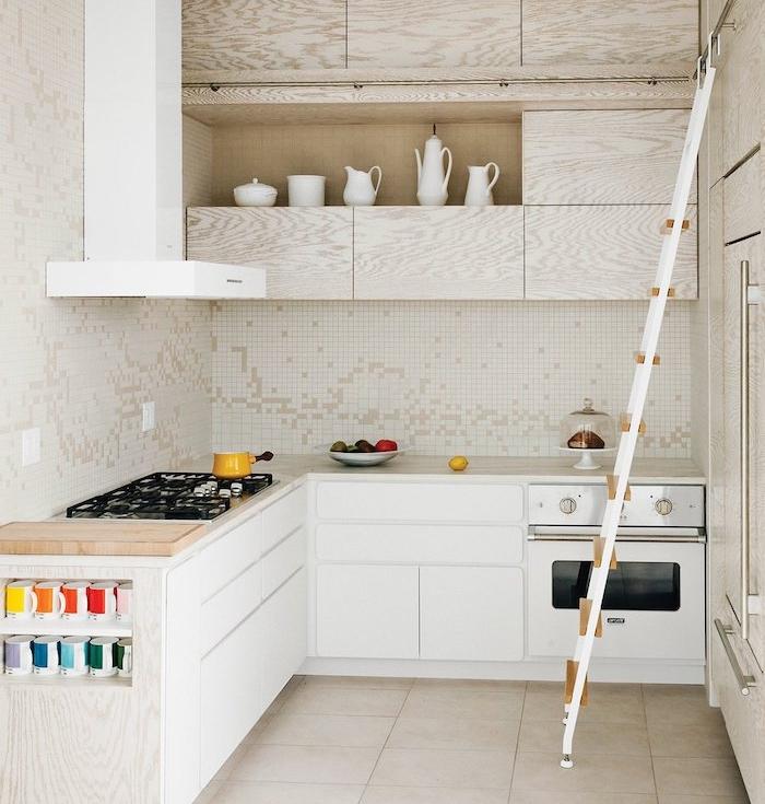petite cuisine blanche en l avec meuble bas blanc et meuble haut en bois, aspirateur blanc, carrelage beige, credence cuisine carrelage blanc et beige
