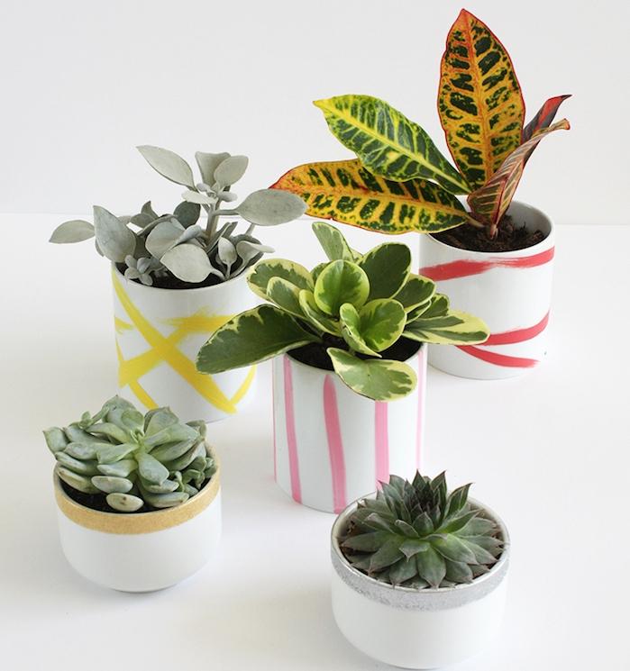 des pots de fleurs simples blancs customisés de peinture jaune, rose, rouge, or et argent, idée cadeau pour sa meilleure amie a faire soi meme