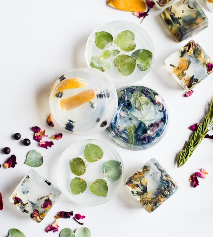 petits savons naturels décorés de feuillages, pétales, herbes, plantes naturelles, cadeau noel maman