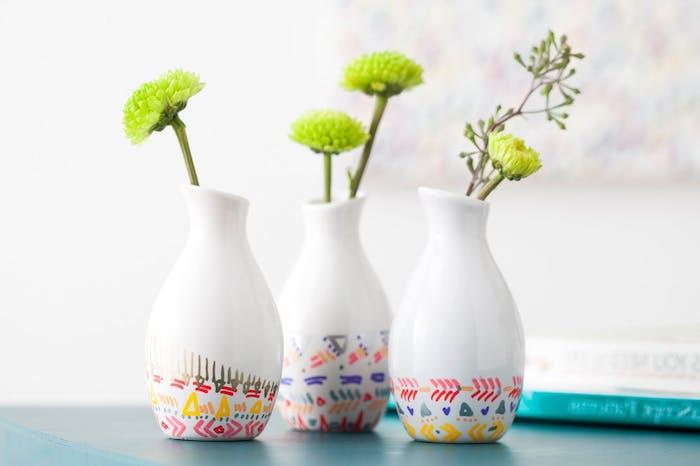 des vases blancs simples décorés de motifs tribal, cadeau anniversaire femme a fabriquer pour sa mere