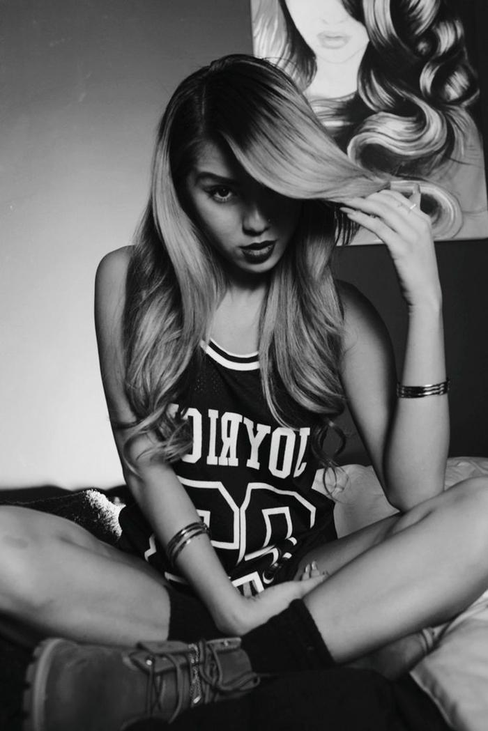 fond d'écran stylé swag, photo de fille habillée en style swag aux cheveux longs et bouclés