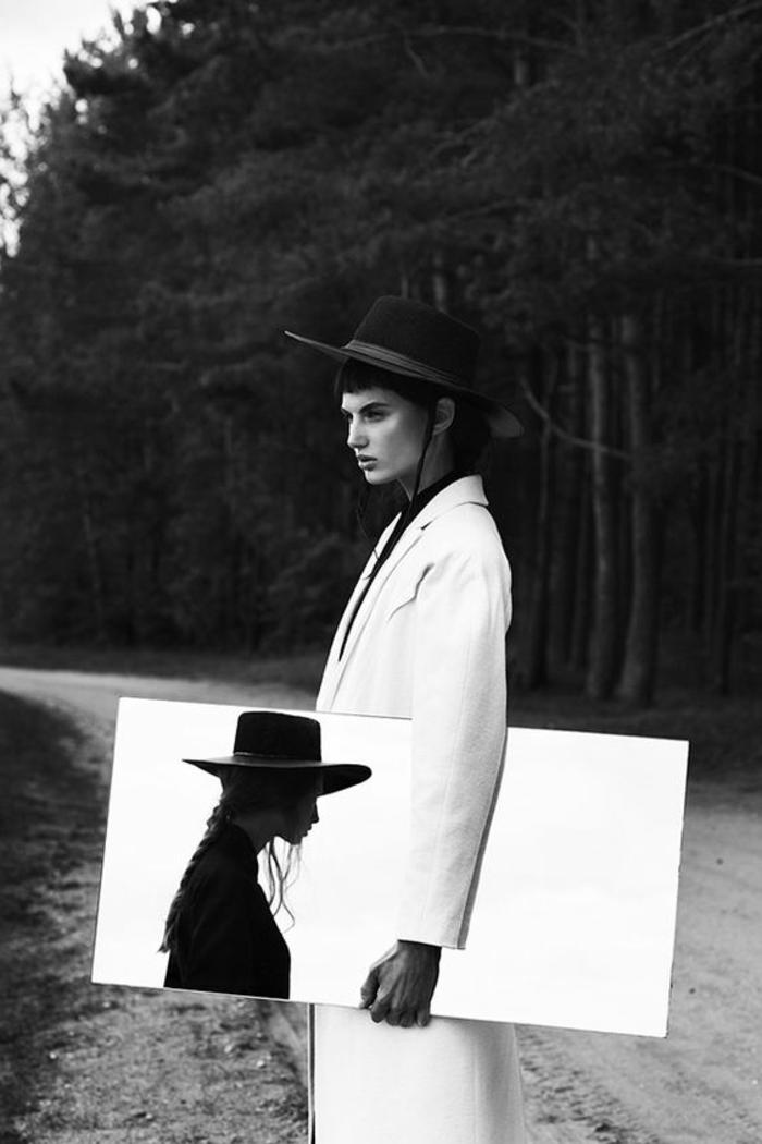 d1cebe869ea52 photo femme noir et blanc, avec grand miroir, deux femmes avec des chapeaux,