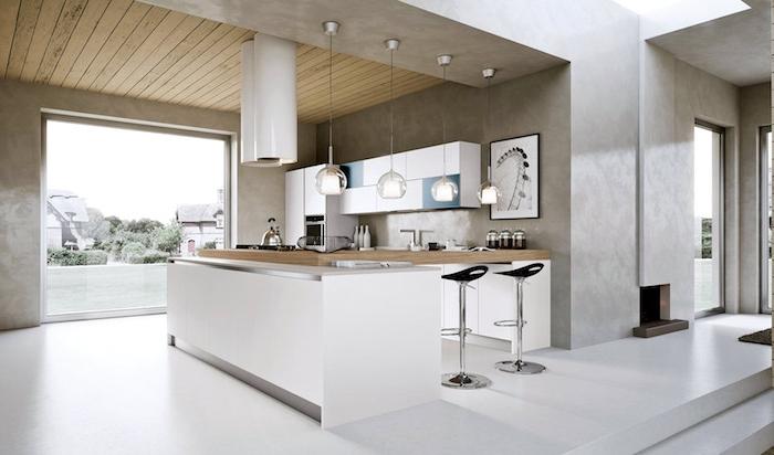 cuisine blanche plan de travail bois, plafond bois, suspensions originales, sol blanc, grande fenetre, portes placard bleues