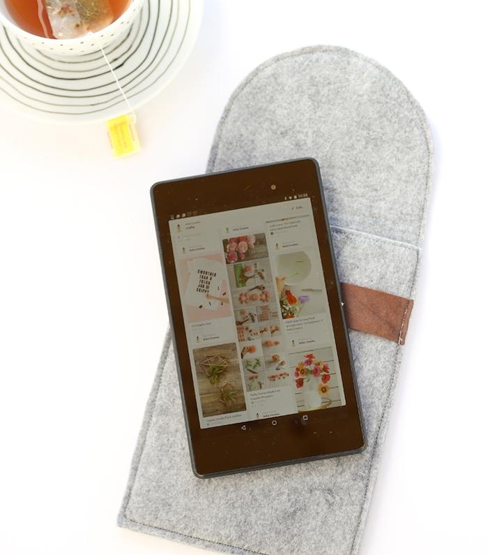 pochette tablette grise en feutrine, housse tablette, cadeau a faire soi meme, idée originale cadeau