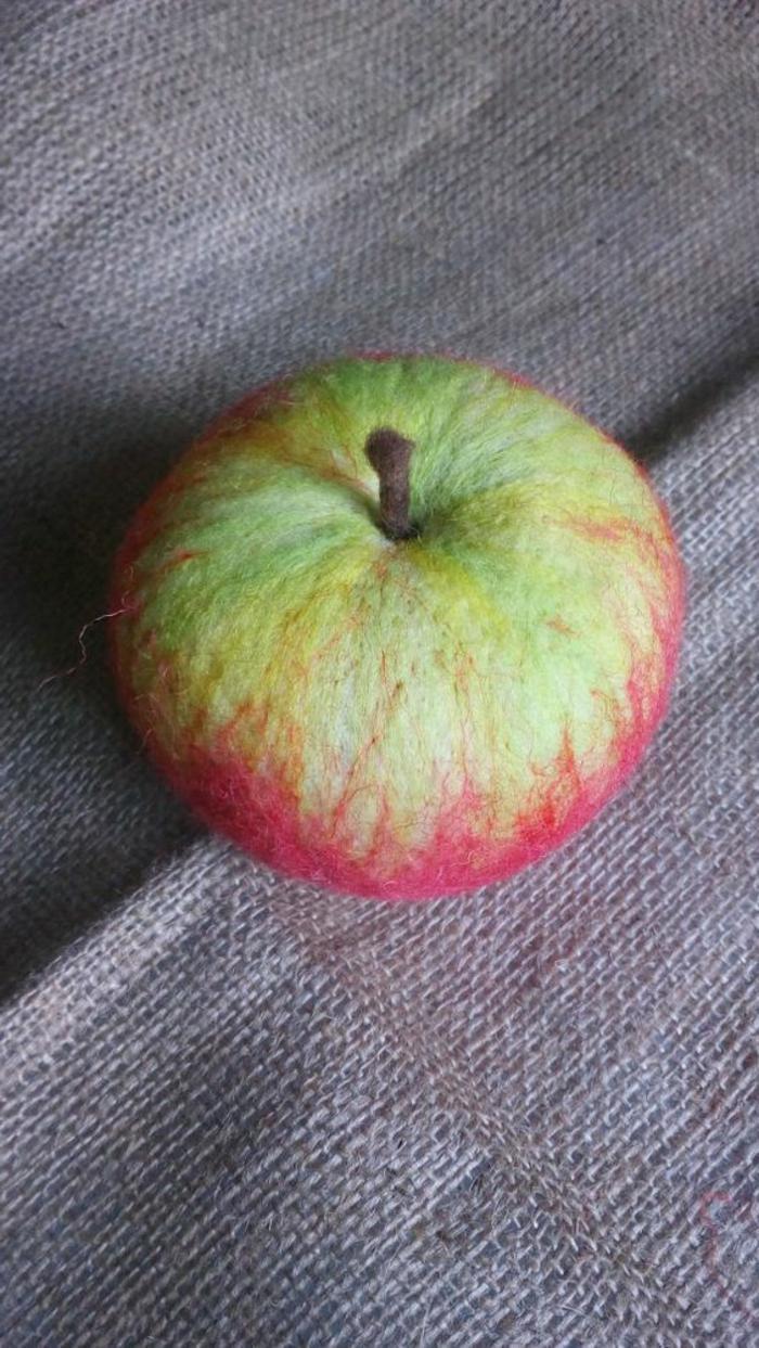 bricolage avec de la laine, pomme en deux couleurs de laine très réalistique