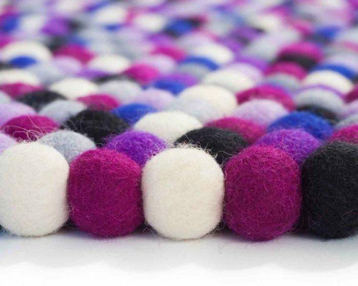 pompons colorés, créations avec laine avec des touffes de matériel coloré
