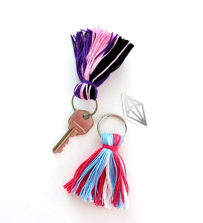 porte clé en pompon à franges coloré de fils rouges, bleus, violets, rose et noir, cadeau fête des pères à fabriquer