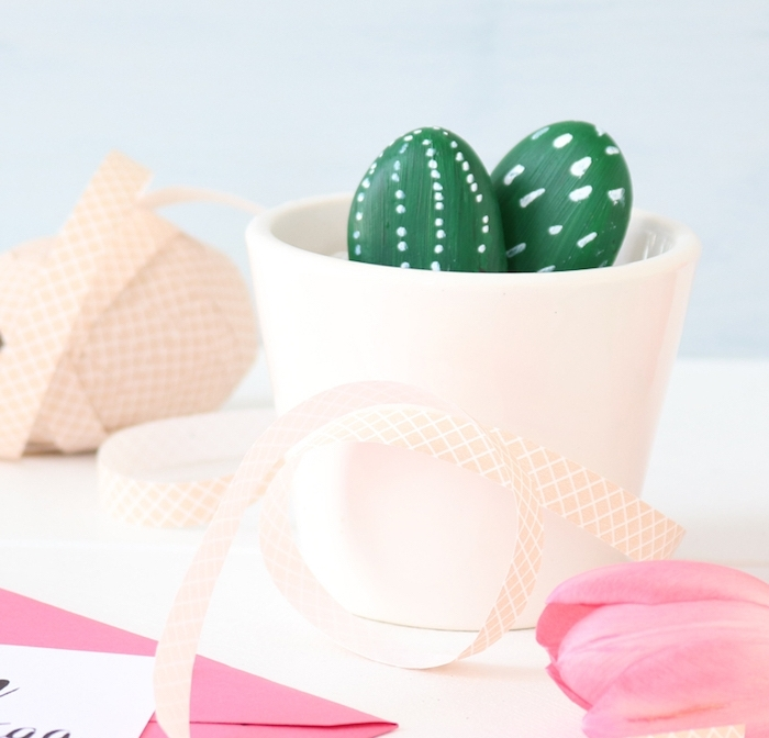 diy cadeau simple, pot de fleur blanc rempli de gravier et galets décorés de peinture verte et touches de pinceau blancs, imitation cactus