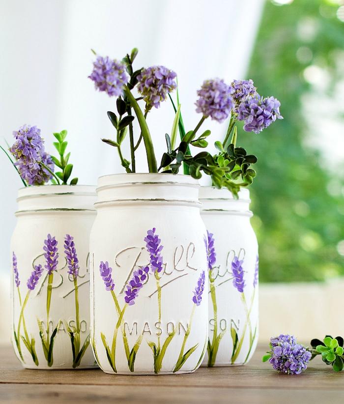 pots en verre repeints en blanc avec dessin de motif lavande violette, vase de fleur style champetre, diy cadeau maman