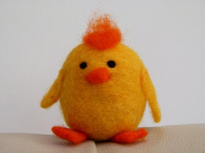 bricolage avec de la laine, poulin jaune, crête, pieds et bec orange et yeux noirs