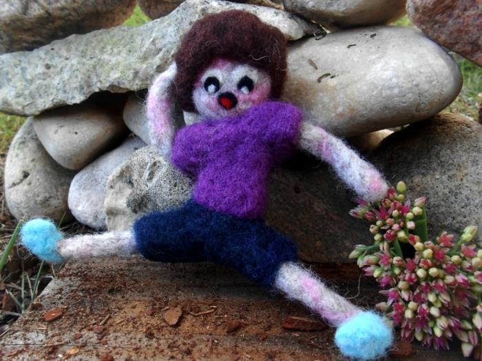 poupée en laine colorée, des souliers bleus, blouse lilas et pantalon bleu