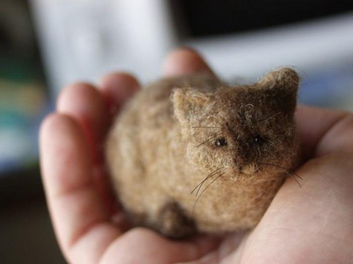 que faire avec de la laine, chaton en laine beige, figurine miniature en mèches de laine beiges