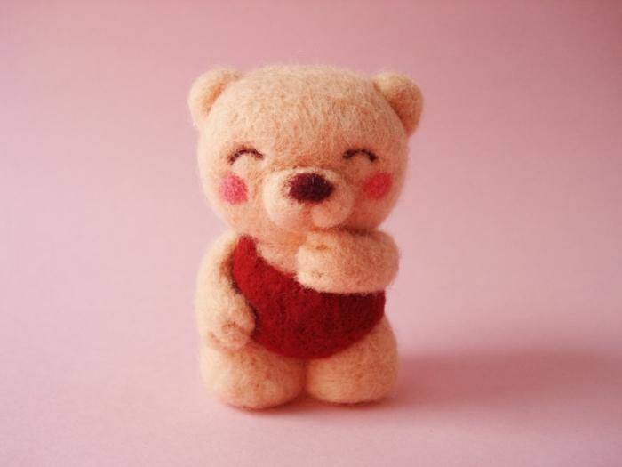 que faire avec de la laine, ourson rose avec des joues roses et au vêtement rouge