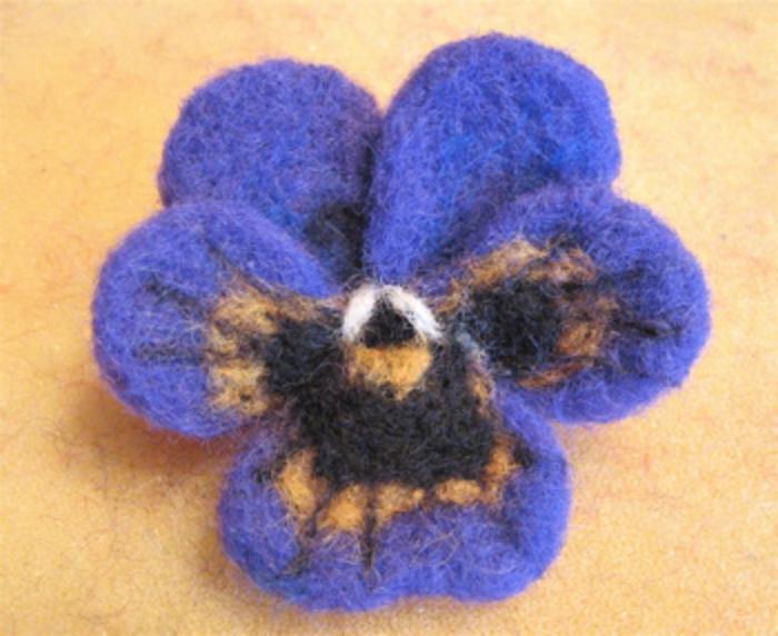 que faire avec de la laine, violette tricolore avec laine à faire soi-même, activités manuelles