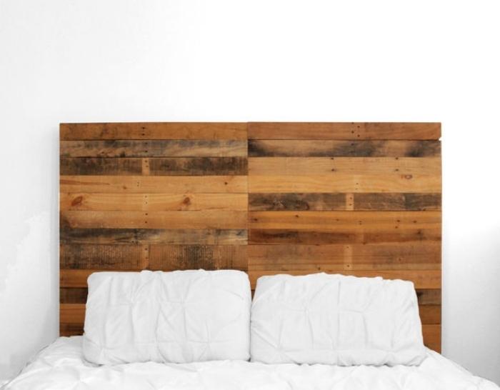 faire une tete de lit, chambre blanche avec meubles de planches en bois foncé et linge de lit blanc