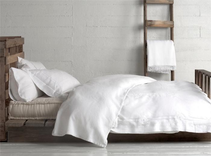 tete de lit en palette, style rustique avec murs à design briques blanches et plancher de bois peint en blanc