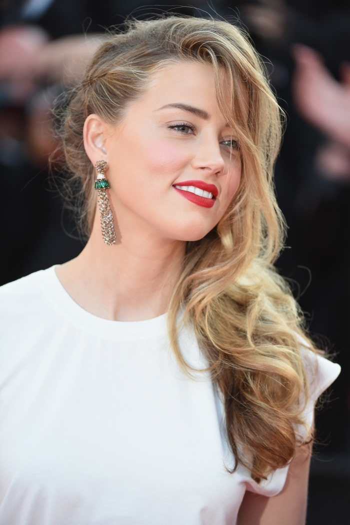 couleur miel cheveux, coiffure de cheveux longs avec boucles et tresse de côté, cheveux châtain clair aux mèches et pointes blondes