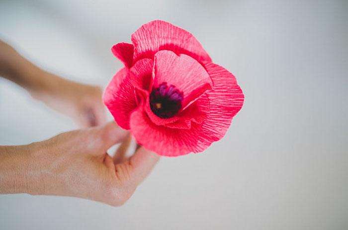 résultat final, fleur en papier crepon simple de pétales roses et centre violet, activité manuelle adulte