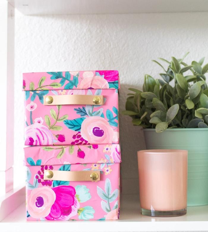boite de rangement fabriquée da une boîte à chaussures customisée de papier à motifs fleuris, cadeau pour la fête des mères a fabriquer
