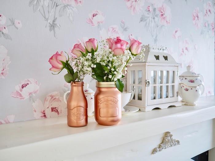 cadeau personnalisé pas cher avec des matériaux récup, pot en verre et bouteille en verre repeints de peinture rose gold, bouquet de roses, cadeau anniversaire femme simple