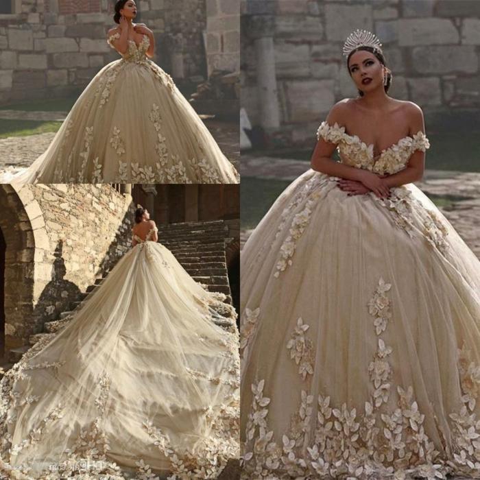 robe de mariée princesse, robe avec grande traine, éléments floraux 3D et tiara