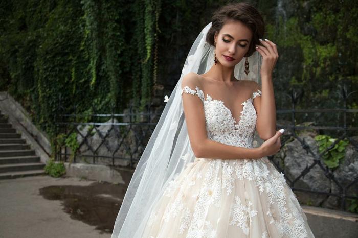 robe de mariée princesse, motifs floraux 3D, longue voile, vernis à ongles blanc