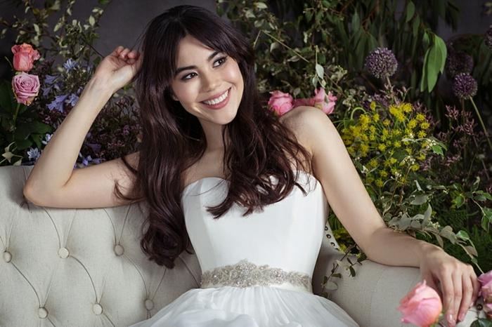 robe de mariée princesse, robe élégante à lignes épurées, déco florale splendide