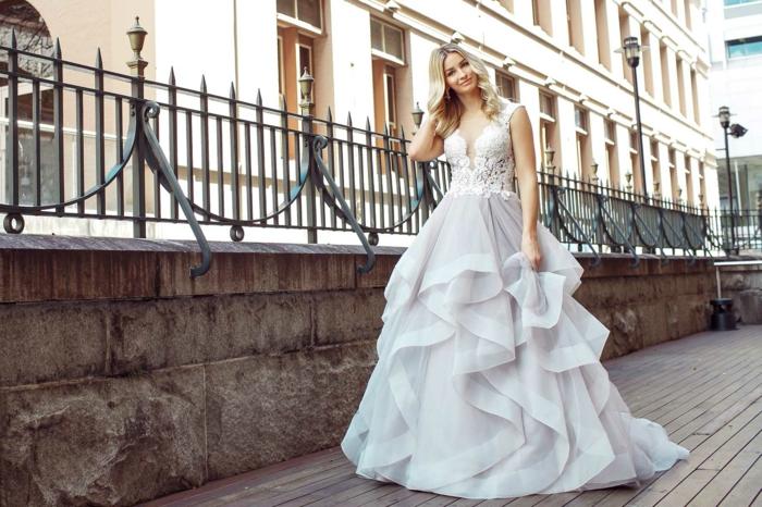 robe de mariée princesse, robe couleur pastel, mariée aux cheveux blonds