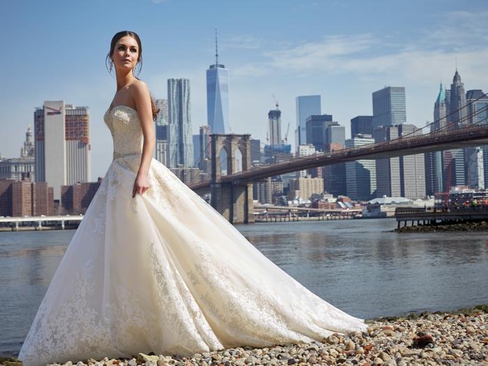 robe de mariée princesse, belle robe bustier, traine, jolis motifs floraux