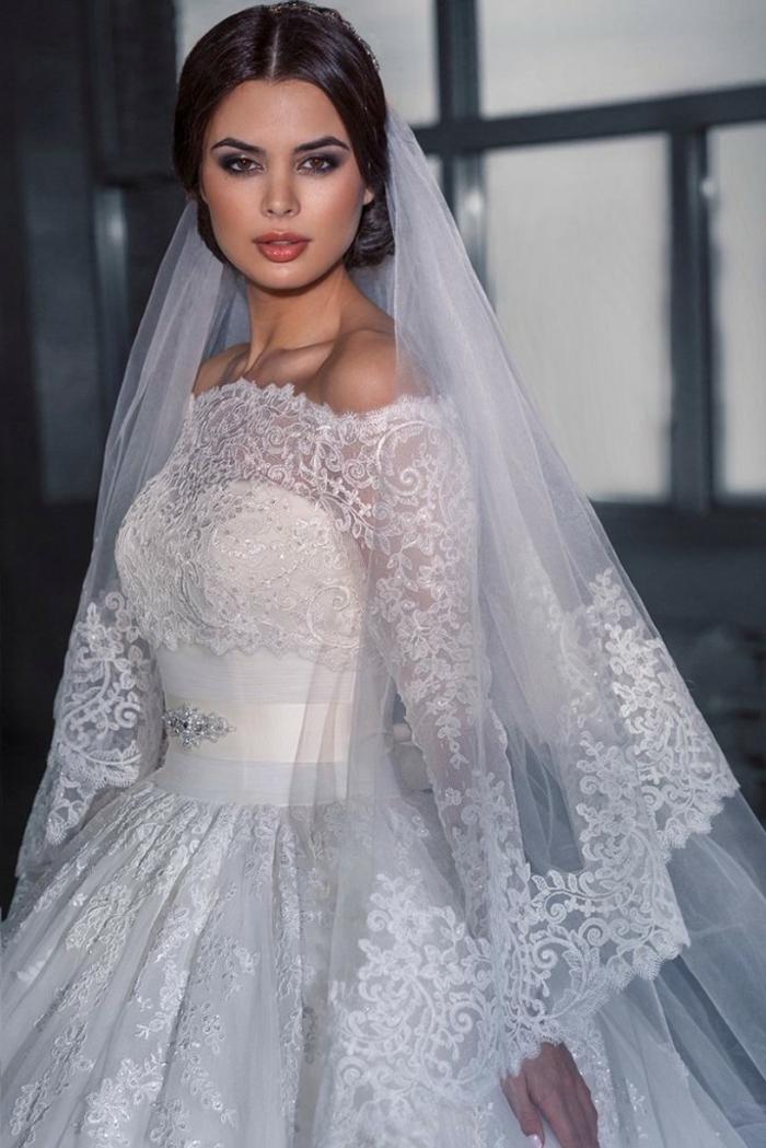 robe de mariée princesse, jupe plissée volumineuse, taille soulignée, voile long