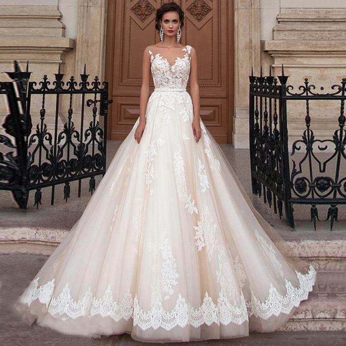 robe de mariée princesse, robe blanche splendide, silhouette symétrique, boucles d'oreilles magnifiques