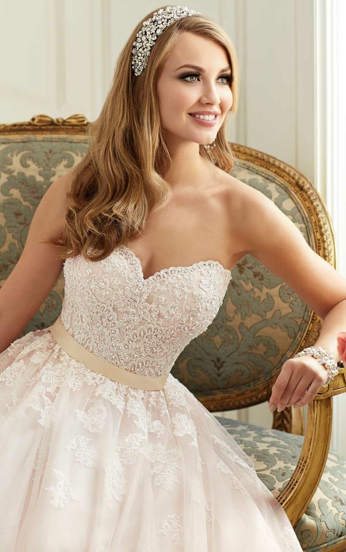 robe de princesse belle disney, tenue de mariée romantique, bustier, taille soulignée, bijoux de cheveux