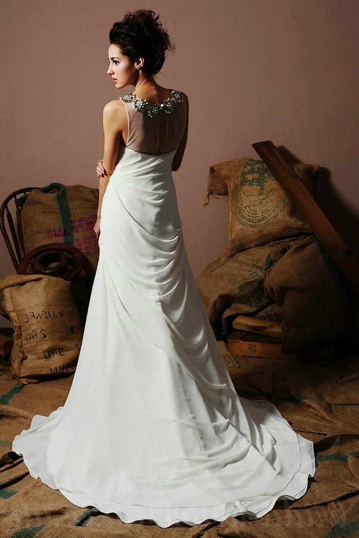 robe la belle et la bete, accessoires floraux à la nuque, coiffure chignon