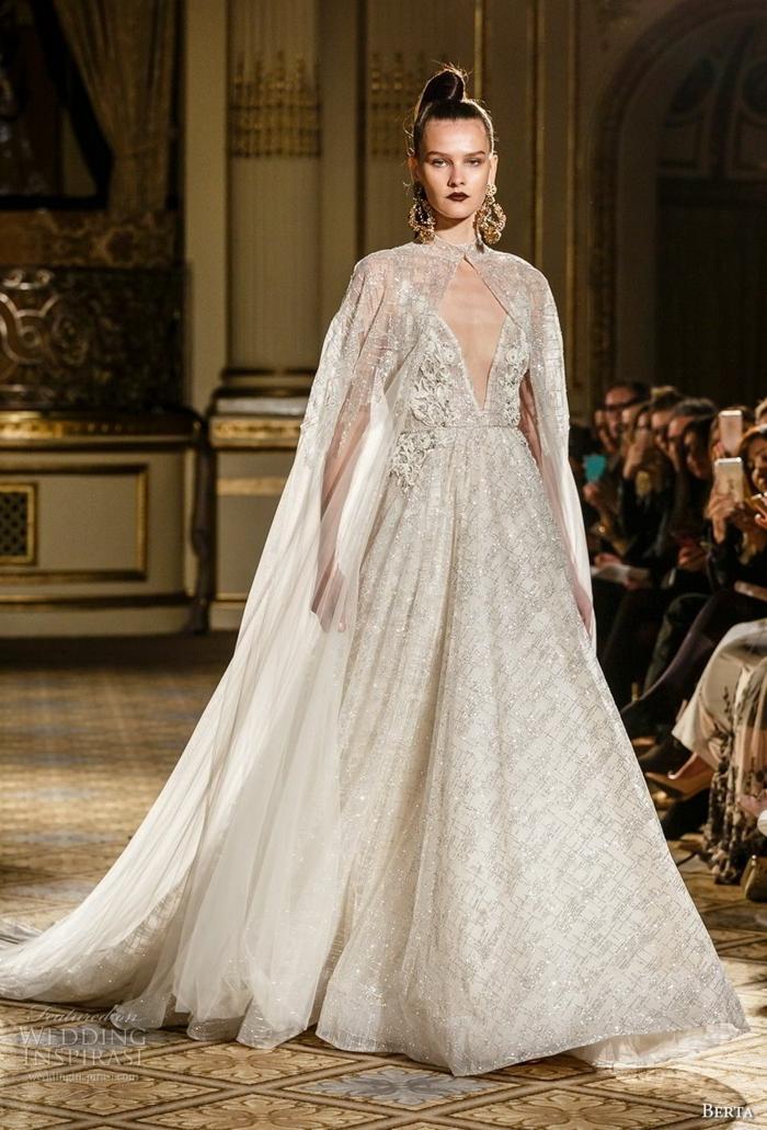robe la belle et la bete, mannequin résentant une robe de mariée, coiffure extravagante