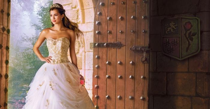robe la belle et la bete, jupe décorée d'éléments dorés, bustier sophistiqué, bijou de tête