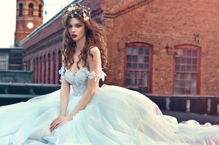 robe la belle et la bete couleur bleu pâle, cheveux chatains, décoration de tête féérique,