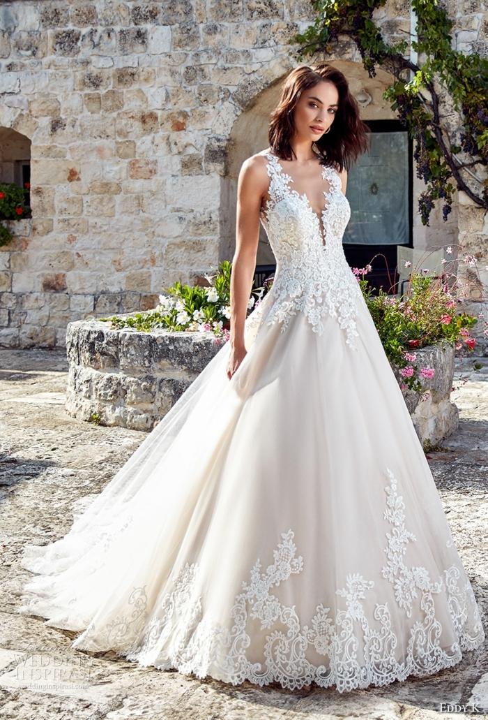 robe princesse disney, dentelles près du sol, jupe volumineuse, décolleté illusion