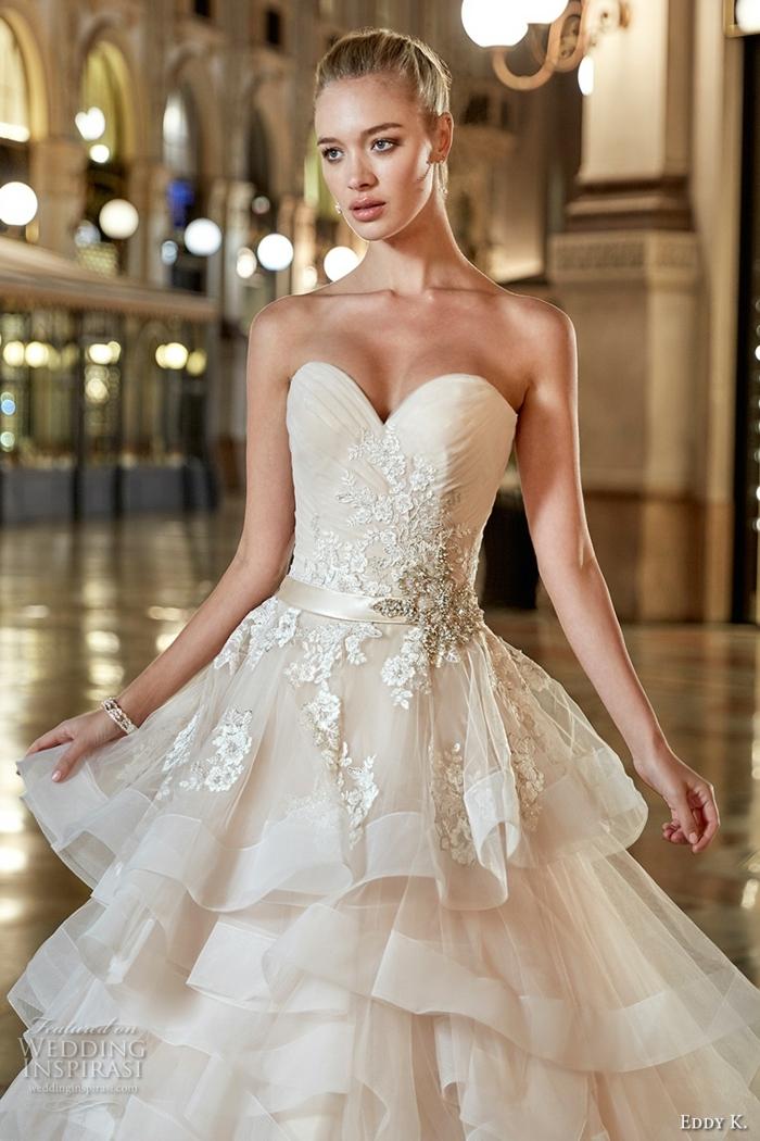 robe princesse disney, voiles gracieuses, dentelle et décolleté bustier, couleur de robe crème
