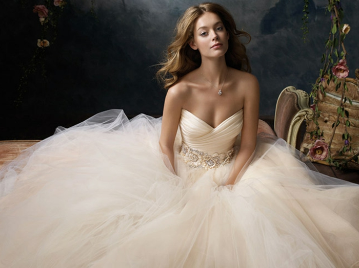 robe de mariée cendrillon, jupe volumineuse, robe couleur nude, robe bustier