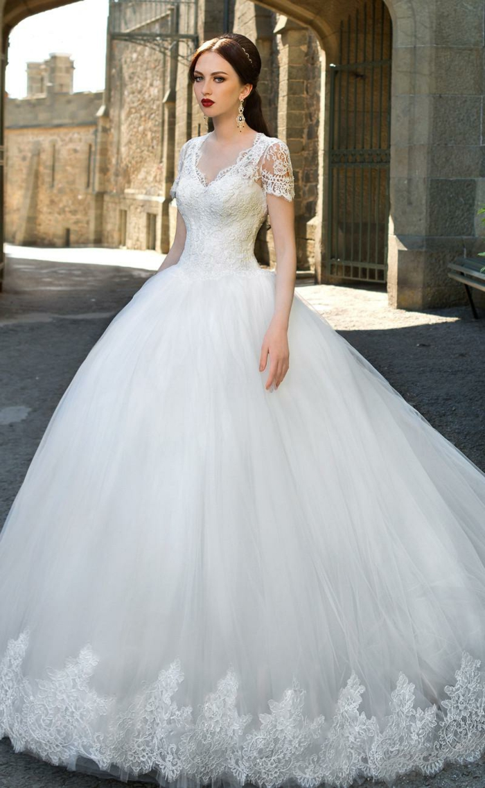robe de mariée de princesse, robe de mariée cendrillon, manches courtes, décolleté triangulaire