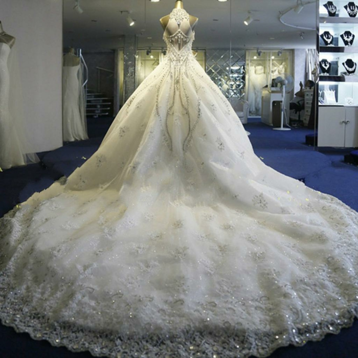 robe de mariée de princesse, logue traine, robe avec des perles luisantes