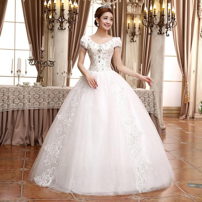 robe de mariée de princesse, chandeliers vintage, jupe volumineuse, bustier avec des manches courtes